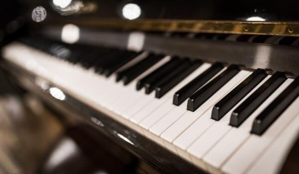 zongora - pianinó szállítás - tevenehezgepszallitas.hu